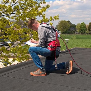 Dennis van Daal op het dak